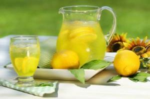 10 არგუმენტი, თუ რატომ უნდა მივიღოთ დილით თბილი ლიმონიანი წყალი
