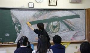 ბავშვების მიერ დაფაზე ცარცით შექმნილი შედევრები, რომლებიც მასწავლებლებმა წაშალეს...