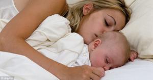 ცუდი სიახლე მამებისთვის: ბავშვებს 3 წლამდე უნდა ეძინოთ დედის გვერდით!