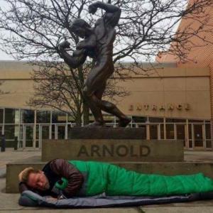 68 წლის არნოლდ შვარცნეგერს ქუჩაში სძინავს
