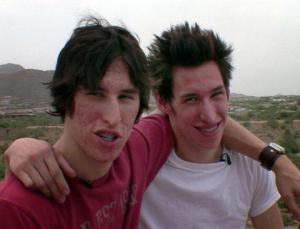 ტყუპი ძმები, რომლებმაც 20.000 $ დახარჯეს, რათა ბრედ პიტს დამსგავსებოდნენ. აი, როგორ გამოიყურებიან ისინი!