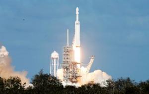 """ამჟამად  კოსმოსში დაფრინავს ავტომობილი """" ტესლა"""",თან მანქანაში დევიდ ბოუის სიმღერაა ჩართული"""