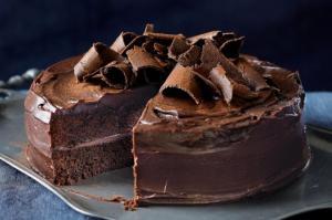 სამმაგი შოკოლადის ტორტი ორიგინალური შეფუთვის მქონე საფერავით