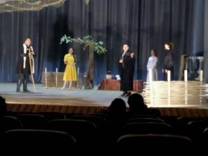 """ველისციხის თეატრი 130 წლისაა -  მსახიობებმა ქალაქ გურჯაანში  """"დარისპანის გასაჭირი"""" დადგეს"""
