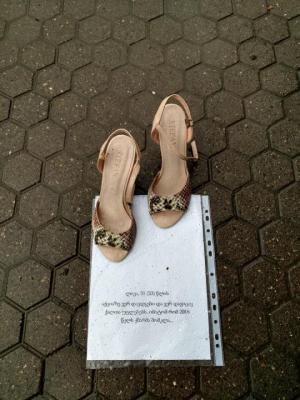 """""""ფეხსაცმელები ყვებიან ამბავს ყველა იმ ქალის ნაცვლად, ვისაც თვითონ არ შესწევს ძალა ხმამაღლა ისაუბროს"""" – აქცია ზუგდიდში"""