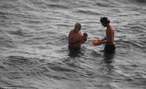 რუსმა ტურისტმა ზღვაში იმშობიარა