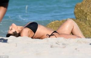 ეშლი გრეჰემის მორიგი ფოტოსესია მაიამის სანაპიროზე