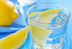 რა დაემართება ჩვენს ორგანიზმს, თუ უზმოზე ლიმონიან თბილ წყალს მივირთმევთ?