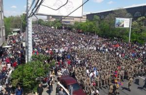 ერევანში ჯარი ხალხის გვერდით დადგა და აქციას შეუერთდა (ვიდეო)