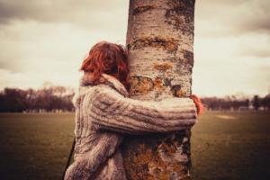 აი, რა მოხდება, თუ ყოველ დღეს მოეხვევით ხეს: ხეების სამკურნალო ძალა