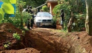 ნიგერიელმა მამაკაცმა  მამა  BMW-ში დამარხა