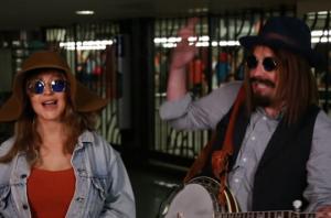 კრისტინა აგილერა  ქუჩის მუსიკოსად შეინიღბა და ნიუ-იორკის მეტროში იმღერა(ვიდეო)