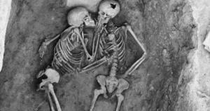 კოცნა, რომელიც  2800  წელია  გრძელდება -'' შეყვარებულები ჰასანლუდან''