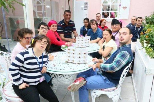 """ვინ არის და როგორ გამოიყურება რეალურ ცხოვრებაში """"პატარა"""", თურქული სერიალიდან """"ძმა"""" (12 ფოტო)"""