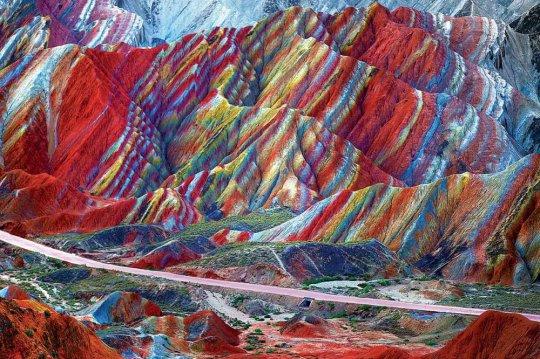 ფერადი მინერალებისგან შექმნილი მთა ჩინეთში