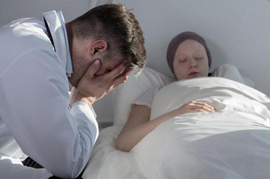 კიბოსგან მომაკვდავი ბავშვი და მისი მშობელი