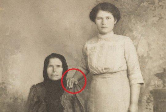 იცოდით, ძველ ფოტოებში, ხალხს რატომ აქვთ ხელი სხვის მხარზე?