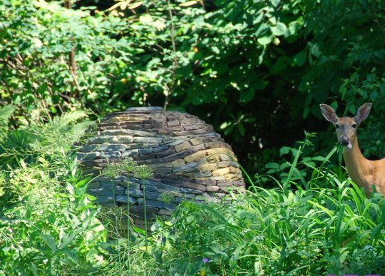 ქვისგან ნაგები ბაღის სფერო ქანდაკებები ყოველგვარი წებოსა და ცემენტის გამოყენების გარეშე