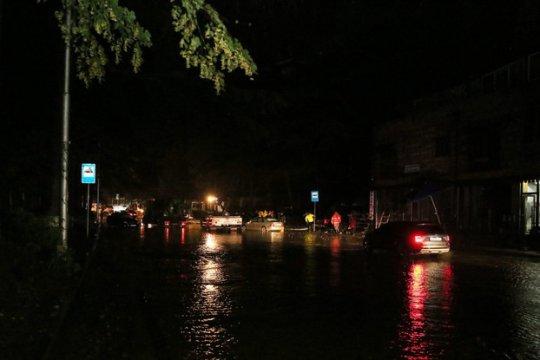 ძლიერი წვიმის გამო თბილისში რამდენიმე ქუჩაზე მოძრაობა შეიზღუდა