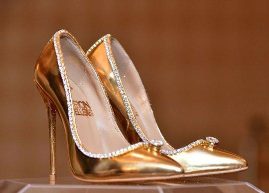 ოქროს ფეხსაცმელი ბრილიანტებით