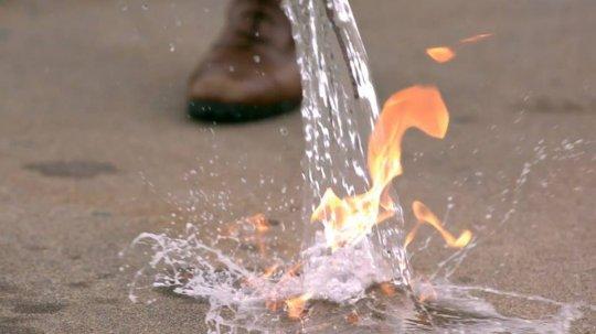რატომ არ შეიძლება აალებული ნავთის ან ბენზინის წყლის საშუალებით ჩაქრობა?