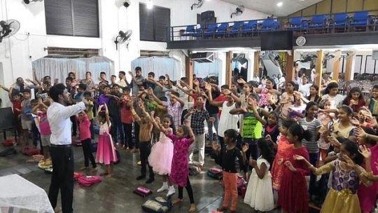 აფეთქების დაწყებამდე რამდენიმე წუთით ადრე: მოღიმარი ბავშვები საკვირაო სკოლაში მსახურებისას, 28 ადამიანი დაიღუპა, აქედან 14 ბავშვი