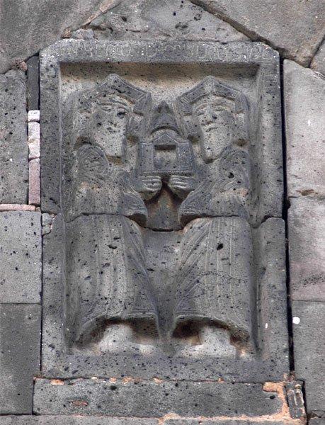 გურგენი და სმბატ II სანაჰინის ეკლესიის ფასადზე.