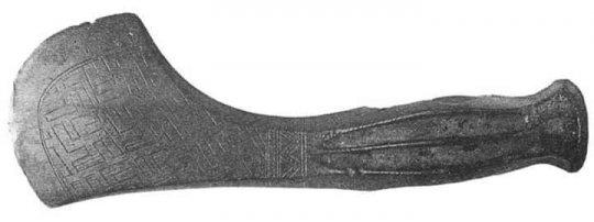 რაჭაში აღმოჩენილი 40 საუკუნის კოლხური ცული სვასტიკის გამოსახულებებით