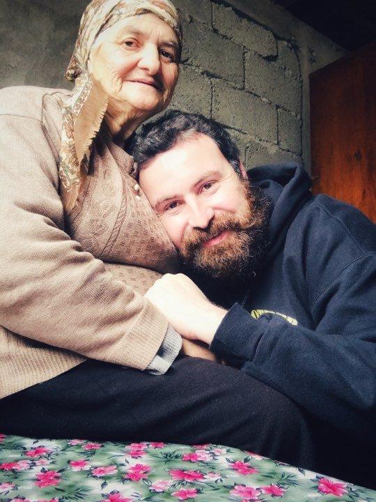 გივიკო საყვარელ ბებიასთან ერთად