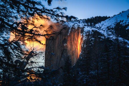 ვიდეო: არაჩვეულებრივი სანახაობა-ცეცხლოვანი ჩანჩქერი კალიფორნიაში