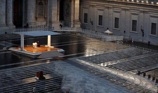სევდიანი კადრი, რომის პაპი მარტო ლოცულობს