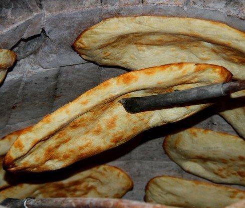 კახეთში უცნობმა ბიჭმა  თონეში 200 ლარი დატოვა , ხალხს პური რომ უფასოდ დაურიგდეს