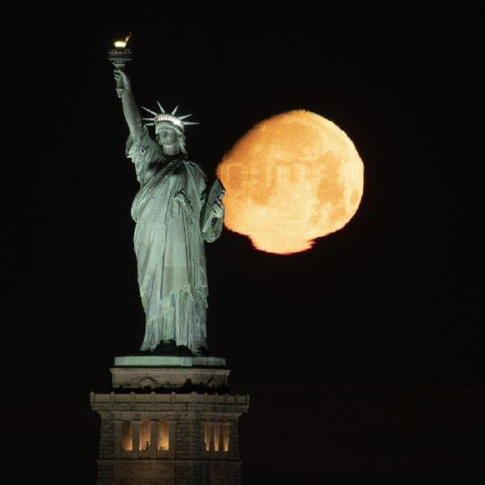 გიჟური მთვარე ნიუ იორკის თავზე: ფოტოგრაფმა თვალებს არ დაუჯერა