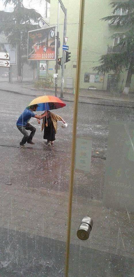 ძველი ფოტოა მაგრამ წვიმებმა შემახსენა, რომ ასეთი ადამიანებიც არსებობენ.