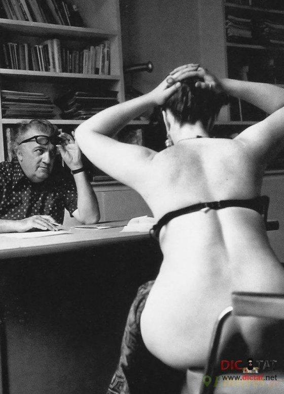 """რეჟისორი ფედერიკო ფელინი არჩევს მსახიობებს ფილმისთვის """"კაზანოვა"""". პარიზი, 1975 წელი."""