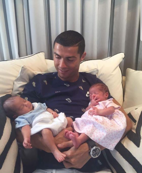 რონალდუ თავის ახალშობილ ტყუპებთან ერთად