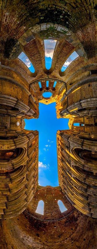 ცის ხედი იტალიის ერთ-ერთ ტაძარში