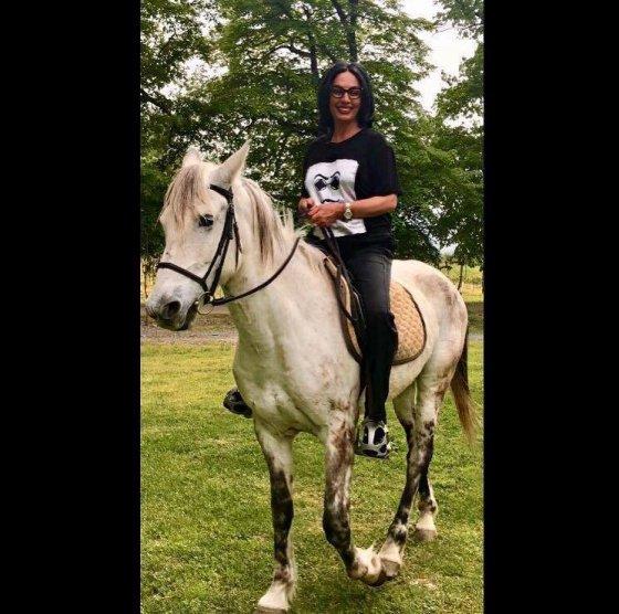 ცხენზე ამხედრებული ლელა წურწუმია