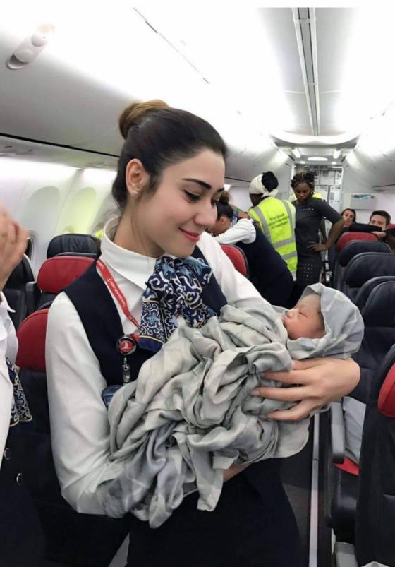 თვითმფრინავში პატარა გოგონა დაიბადა
