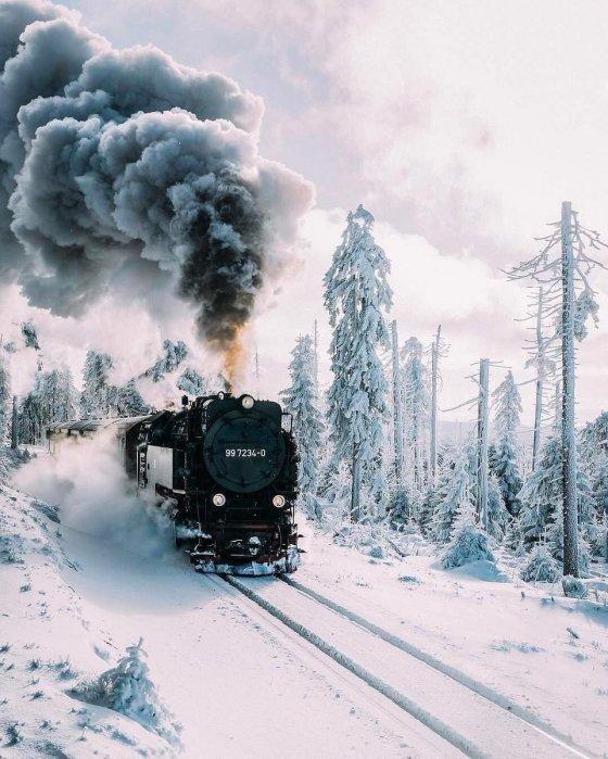 მატარებელი თოვლიან მთებში