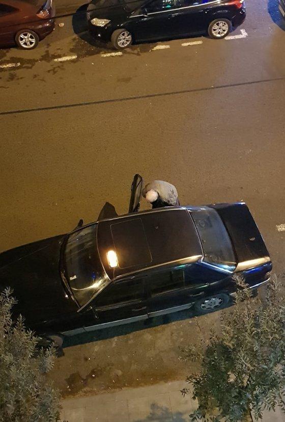 ტაქსის მძღოლი გზაზე შარდავს