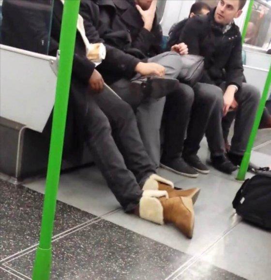 დაღლილმა ინგლისელმა ქალმა ფეხსაცმელი მეტროს ვაგონში წინ დაიყარა