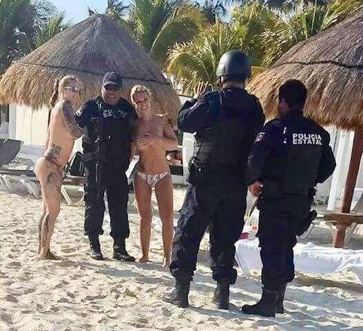 მექსიკაში პოლიციელები სამსახურიდან დაითხოვეს შიშველ გოგონებთან გადაღებული ფოტოს გამო