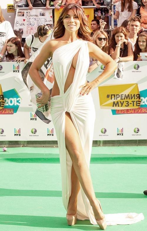 რუსი მომღერალი ანა სედოკოვა და მისი კაბა