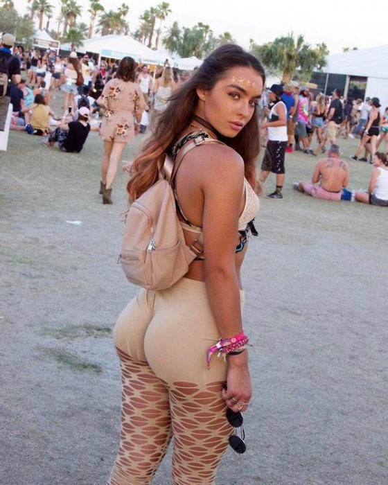 გოგონა ფესტივალზე