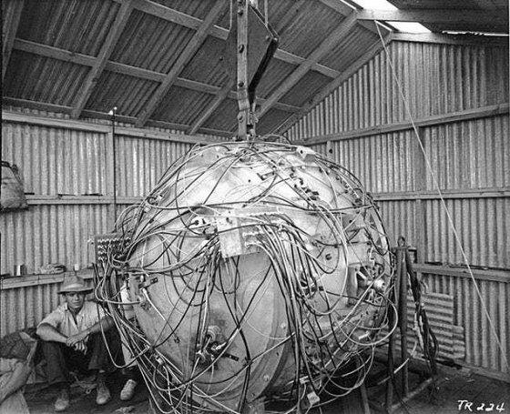 პირველი ატომური ბომბი