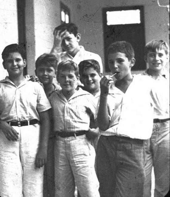 ლოლიპოპით ხელში, ახალგაზრდა ფიდელ კასტრო მეგობრებთან ერთად პოზირებს, კუბა - 1940 წელი
