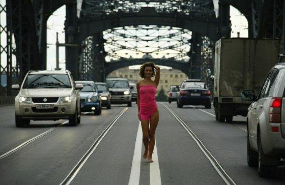 ფეხშიშველა, გამჭვირვალე კაბით შუა გზაზე მოდიოდა, მოდიოდა ლამაზი ქალი