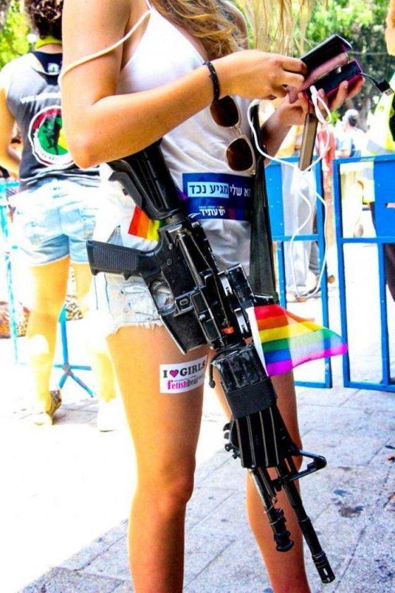"""ებრაელი ლესბოსელი სამხედრო ქალი ფეხზე წარწერით: """"მე მიყვარს ქალები"""""""