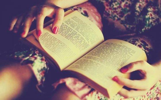 საშიშია ქალი რომელიც წიგნებს კითხულობს